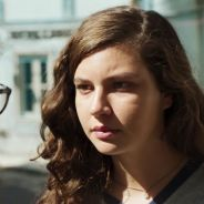 """Rita está pensando em fugir com a filha em """"Malhação"""" e deixa Raíssa preocupada"""