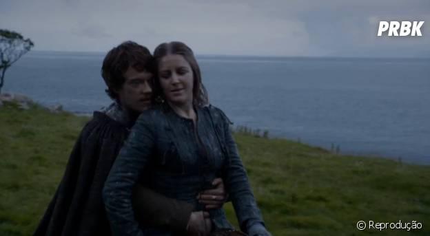 Theon Greyjoy bulinando sua irmã Yara