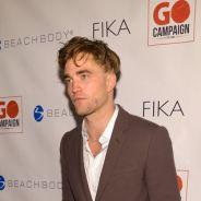 Robert Pattinson aparece com corte de cabelo bizarro em evento. Veja!