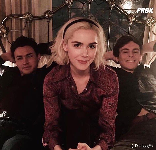 "Em ""O Mundo Sombrio de Sabrina"", Sabrina (Kiernan Shipka) é disputada por Harvey (Ross Lynch) e Nick (Gavin Leatherwood)"