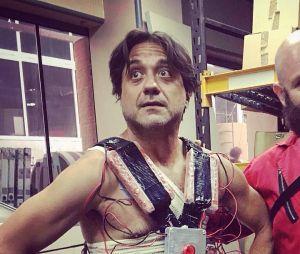 """""""La Casa de Papel"""": a gente odeia oArturito (Enrique Arce), mas vai dizer que essa foto dos atores nos bastidores não é tudo?"""