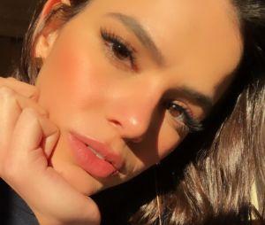 Em transição capilar, Bruna Marquezine tinha esquecido que seu cabelo nascia cacheado