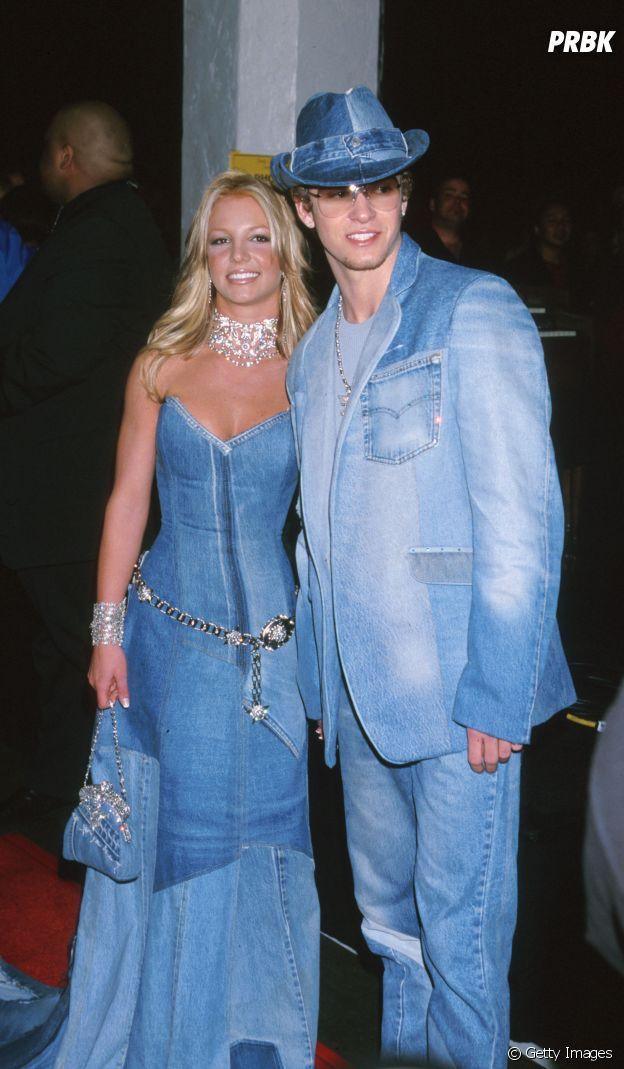 Brtney Spears e Justin Timberlake no American Music Awards, em 2001