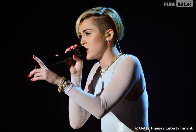 "Miley Cyrus cantou ""Wrecking Ball"" noMTV Europe Music Awards!"