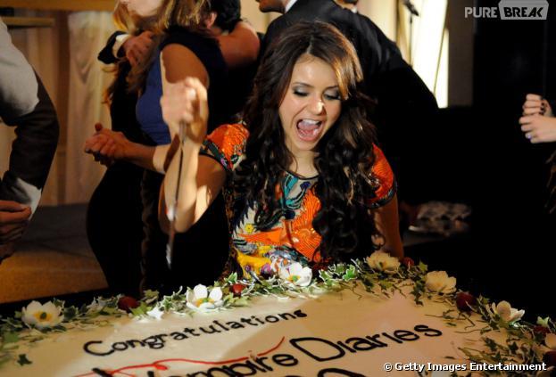 """Nina Dobrev (Elena/Katherine) ataca o bolo de comemoração do centésimo episódio de """"The Vampire Diaries"""""""