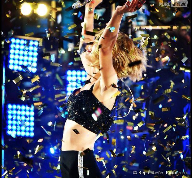 Taylor Swift leva tombaço ao sair do palco em Nova York!