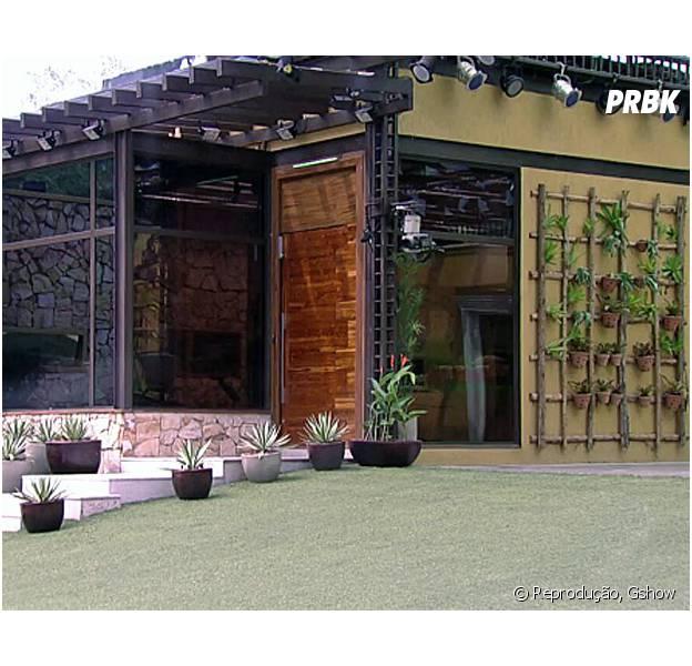 """Área externa da casa do """"Big Brother Brasil"""" com decoração rústica"""