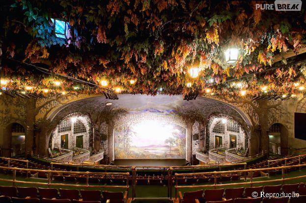 Situado no Japão, o Torontos Stuning winter Garden Theatre dá a sensação de que você está literalmente dentro de uma floresta