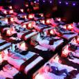 A solução dos casais de primeira viagem! Imagine que gostoso assistir um filmE deitado nessa cama?! Essa sala é de verdade e fica na França, no Olimpia Music Hall