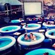 Nessa época de calor intenso, nada melhor que pegar um cineminha numa piscina dessas. Isso é possível no Hot Tube Cinema, em Londres, Inglaterra