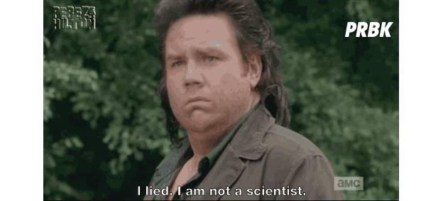 "Eugene (Josh McDermitt) leva um soco do amigo Abraham em ""The Walking Dead"""