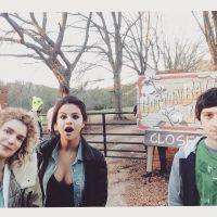 Selena Gomez surge em mais uma foto nos bastidores de seu novo filme!