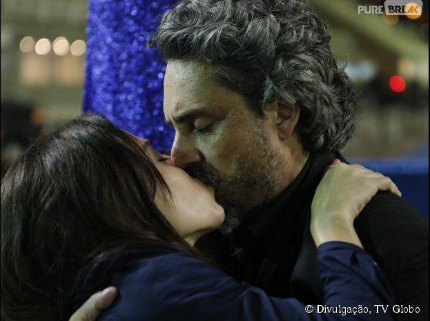 """Em """"Império"""", Cora (Marjorie Estiano) beija José Alfredo (Alexandre Nero) depois de levar um tiro"""