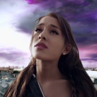 """Ariana Grande lança clipe de """"One Last Time"""" e enfrenta o fim do mundo com o namorado"""