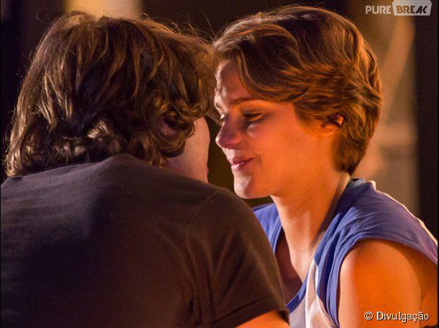 """Karina (Isabella Santoni) diz que ama Pedro (Rafael Vitti) pela primeira vez em """"Malhação"""""""