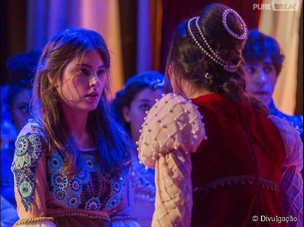 """Jade (Anajú Dorigon) conta o segredo de Pedro (Rafel Vitti) em """"Malhação"""""""