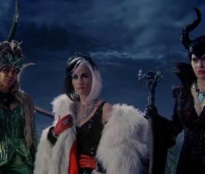 """Rumple (Robert Carlyle) foi atrás de Ursula (Merrin Dungey), Cruella (Victoria Smurfit) e Malévola (Kristin Bauer) para ajuda em sua vingança em """"Once Upon a Time"""""""
