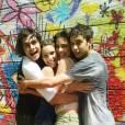 """Isabella Santoni abraça os amigos em foto fofa dos bastidores de """"Malhação"""""""