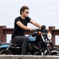 Chay Suede anda de moto e é tietado por fãs no Rio de Janeiro