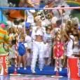 """Na famosa disputa entre meninos e meninas, Xuxa comanda brincadeira com canudo no extindo """"Xou da Xuxa"""""""