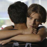 """Novela """"Malhação"""": Karina (Isabella Santoni) abraça Cobra (Felipe Simas) e Pedro vê tudo"""