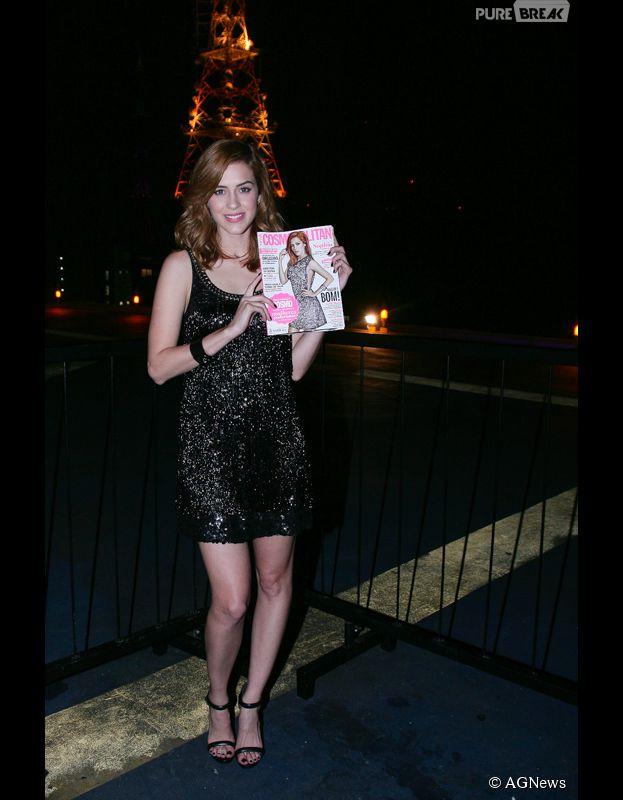 Sophia Abrahão posa com a revista Cosmopolitan, antiga NOVA, em evento em São Paulo
