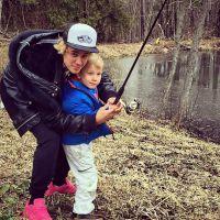 Justin Bieber pesca com o irmão mais novo, Jaxon, e fotos vão parar nas redes sociais