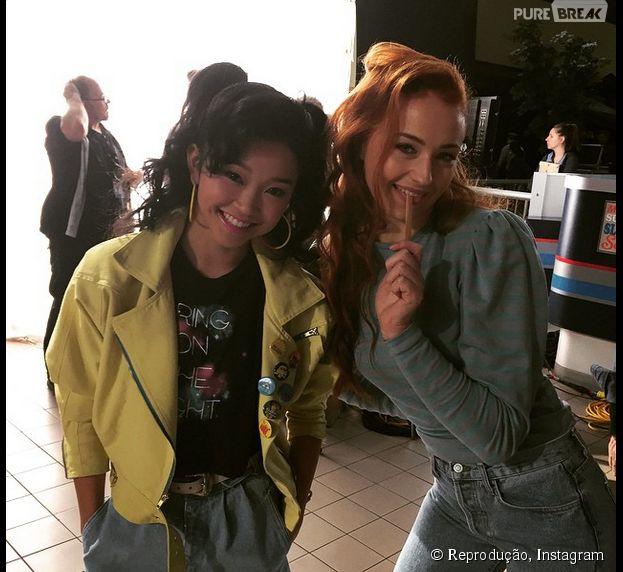 """Lana Condor e Sophie Turner como suas personagens Jubileu e Jean Grey, respectivamente, em """"X-Men: Apocalipse"""""""