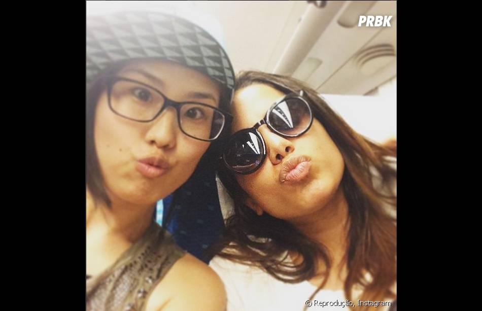 Anitta fotografou com uma fã durante o voo para o Japão