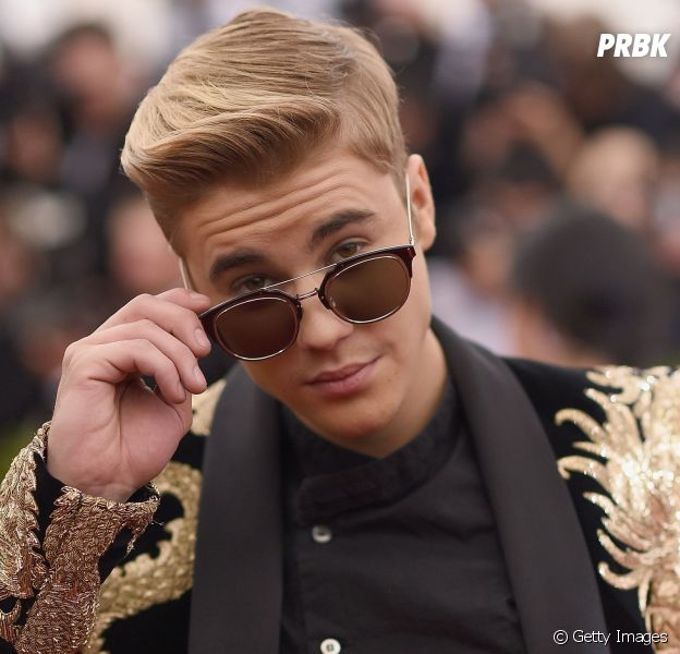 Justin Bieber retorna aos palcos mas adia lançamento de CD