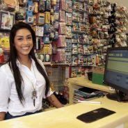"""Amanda Djehdian, do """"BBB 15"""", volta à sua loja pela primeira vez pós reality: """"Me sentindo em casa"""""""