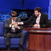 """De """"Demolidor"""": Charlie Cox, o Matt Murdock, bebe caipirinha no """"The Noite"""" com Danilo Gentili"""