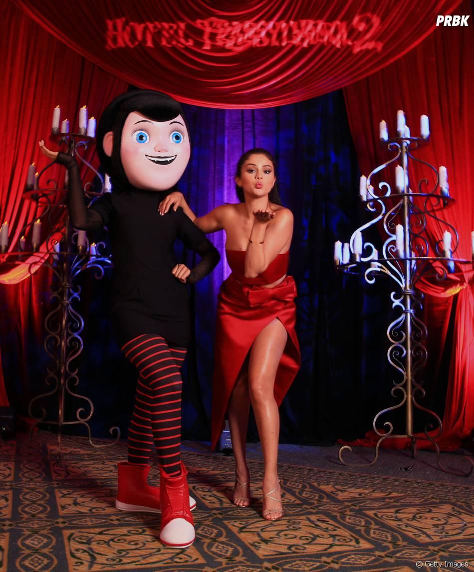 """Selena Gomez posa com Mavis, personagem que dubla na animação """"Hotel Transilvânia 2"""""""