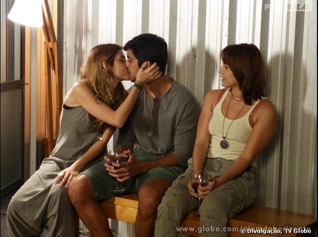 """Paulinha (Christiana Ubach) morre de ciúmes e tasca o maior beijão em Marlon (Rodrigo Simas) em """"Além do Horizonte""""!"""