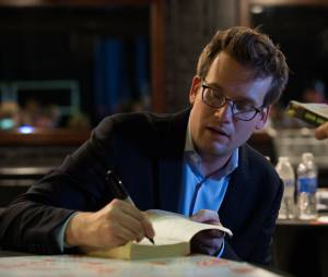 """O autor John Green, de """"Cidades de Papel"""", assinou um contrato de exclusividade com a Fox"""