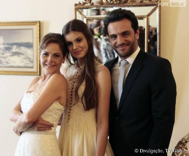 """Em """"Verdades Secretas"""", Angel (Camila Queiroz) posa ao lado de Carolina (Drica Moraes) e Alex (Rodrigo Lombardi) no casamento dos dois"""