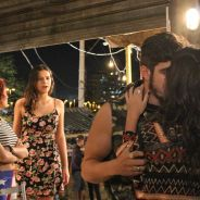 """Novela """"I Love Paraisópolis"""": Mari (Bruna Marquezine) se surpreende com beijo de Grego em Bruna"""