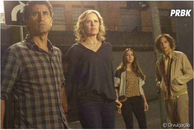 "Nick(Frank Dillane),Travis(Cliff Curtis),Madison(Kim Dickens) eAlicia(Alycia Debnam-Carey) são a família protagonista de ""Fear The Walking Dead"""