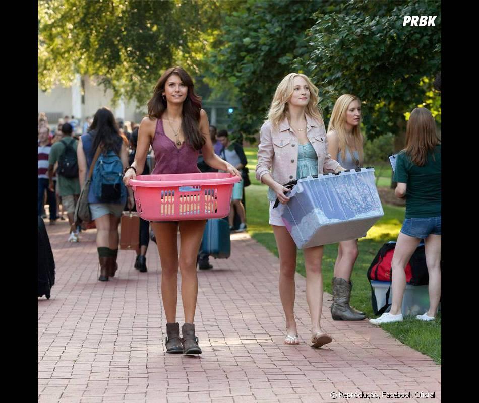 Elena e Carolina (Candice Accola) tentam uma nova vida na faculdade