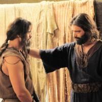 """Novela """"Os Dez Mandamentos"""": Oseias fica a favor de Moisés e Yunet planeja vingança ao povo hebreu!"""