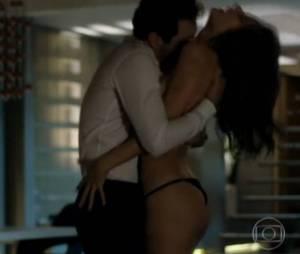 """A modelo Alessandra Ambrósio apareceu só de calcinha numa cena sexy em """"Verdades Secretas"""""""