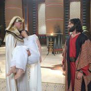 """Novela """"Os Dez Mandamentos"""": Moisés (Guilherme Winter) entrega o corpo de Henutmire a Ramsés"""