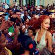 Rihanna cercada por centenas de fãs em Cuba, onde realizou o ensaio fotográfico