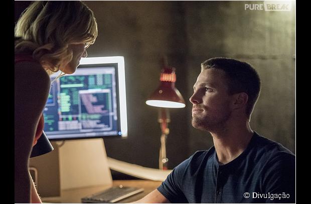 """Em """"Arrow"""": Oliver (Stephen Amell) e Felicity (Emily Bett Rickards) estão na melhor fase do namoro!"""