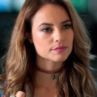 """Novela """"Além do Tempo"""": Melissa (Paolla Oliveira) flagra Lívia e Felipe no maior clima"""