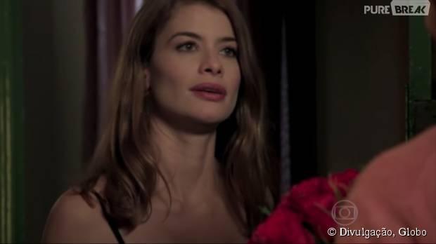 """Em """"Além do Tempo"""", Lívia (Alinne Moraes) desiste da separação de Pedro (Emílio Dantas) após homem surtar"""