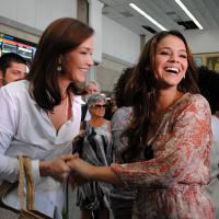 """Bruna Marquezine e Julia Lemmertz gravam primeiras cenas juntas de """"Em Família""""!"""