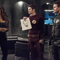 """Em """"The Flash"""" e """"Arrow"""": Barry e Oliver tentam salvar Kendra e Patty quase descobre segredo!"""