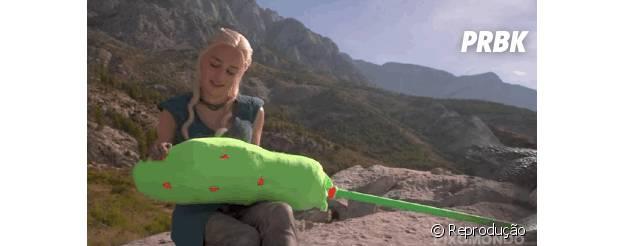 """Em """"Game of Thrones"""", Daenerys (Emilia Clarcke) nunca fez carinho em um dragão!"""