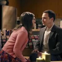"""Em """"The Big Bang Theory"""": na 9ª temporada, fotos mostram primeira vez de Sheldon e Amy!"""